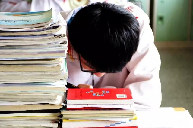 高三学生�y..�.��(N�_高高撂起的书本和试卷,是高三学生书桌上永远不变的主角.